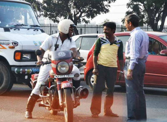 पुलिस आजकल दुपहिया चलावे वालन के खूब पकड़ रहल बिया